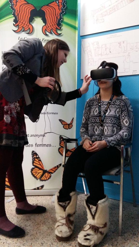 Une participante essaie le kiosque de consentement en 360° Connais-tu la limite?