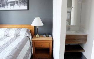 Chambre et Salle de bain de l'Hotel Y Montreal