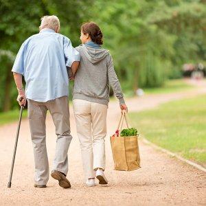 Couple homme âgé avec une canne et femme aidante