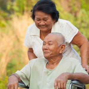 Couple-asiatique-homme-chaise-roulante-femme-aidante